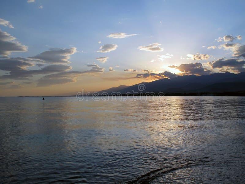 Declino sul lago Issyk Kul immagine stock