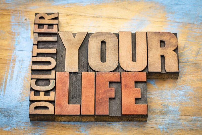 Declutter su extracto de la palabra de la vida en el tipo de madera fotografía de archivo libre de regalías