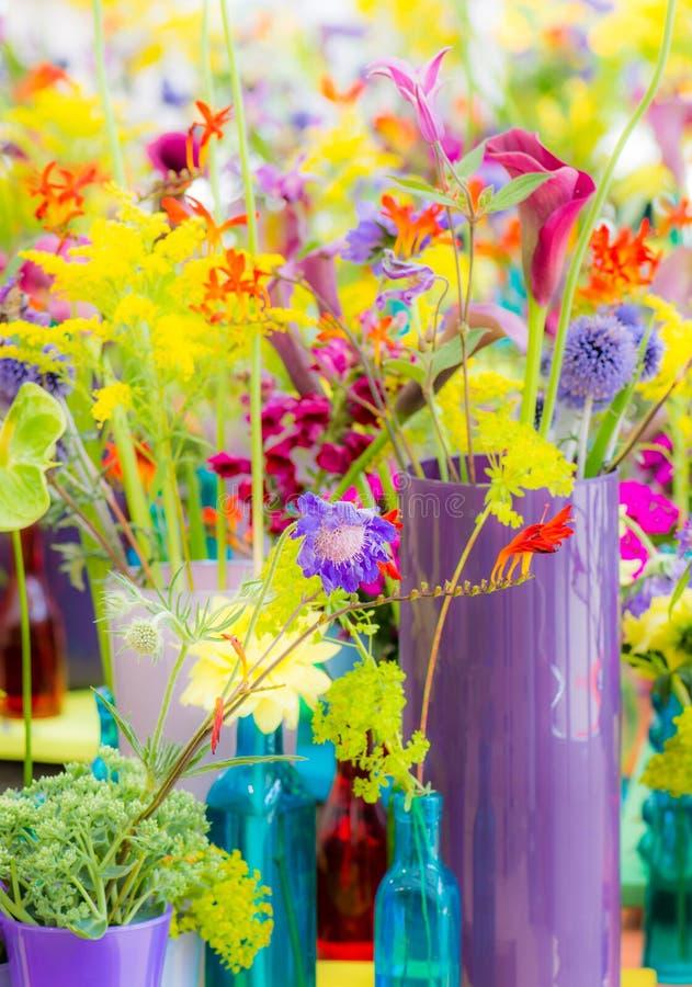 Deco με τα διάφορα θερινά λουλούδια στοκ φωτογραφίες