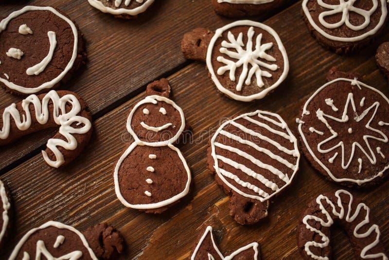 Deco fait maison traditionnel de biscuits de gingembre et de chocolat de Noël photo libre de droits