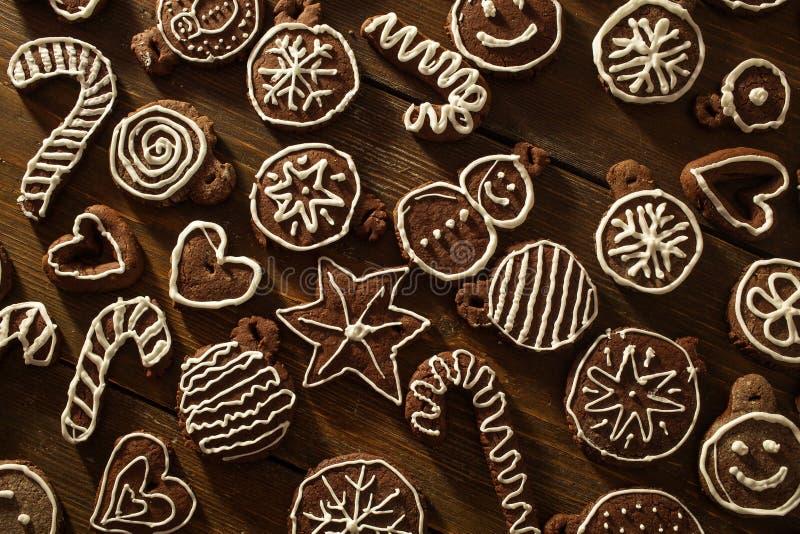 Deco fait maison traditionnel de biscuits de gingembre et de chocolat de Noël photos stock