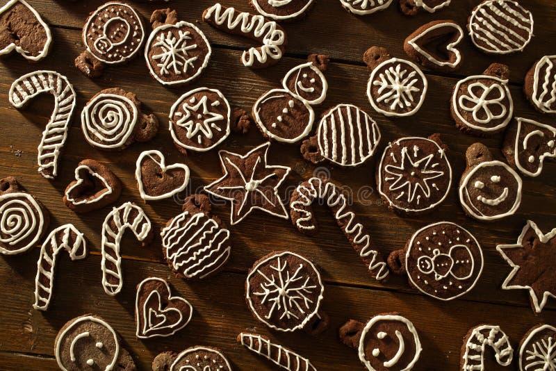Deco fait maison traditionnel de biscuits de gingembre et de chocolat de Noël images libres de droits