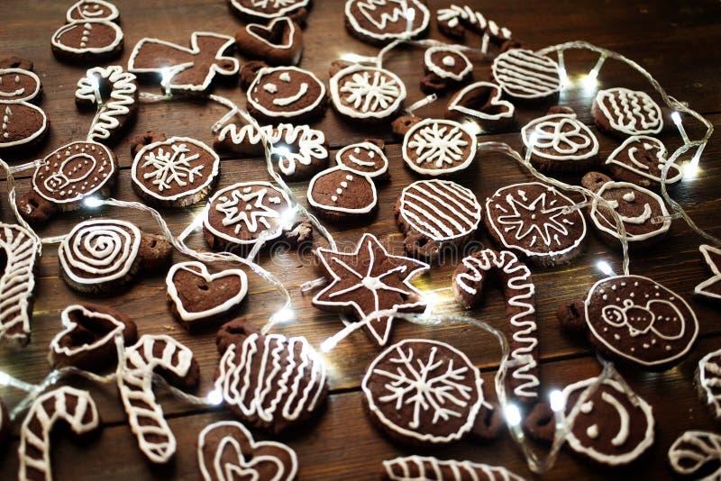 Deco fait maison traditionnel de biscuits de gingembre et de chocolat de Noël images stock