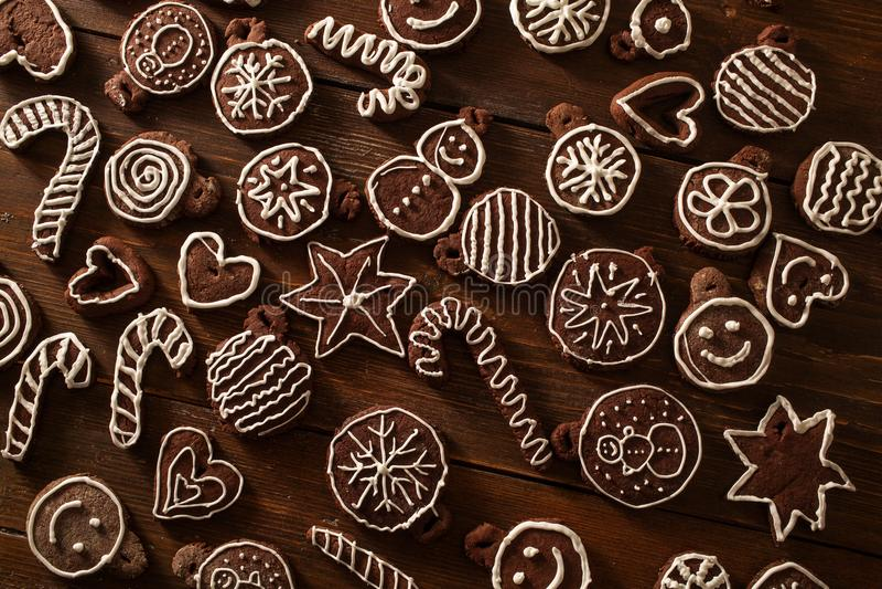 Deco fait maison traditionnel de biscuits de gingembre et de chocolat de Noël image stock