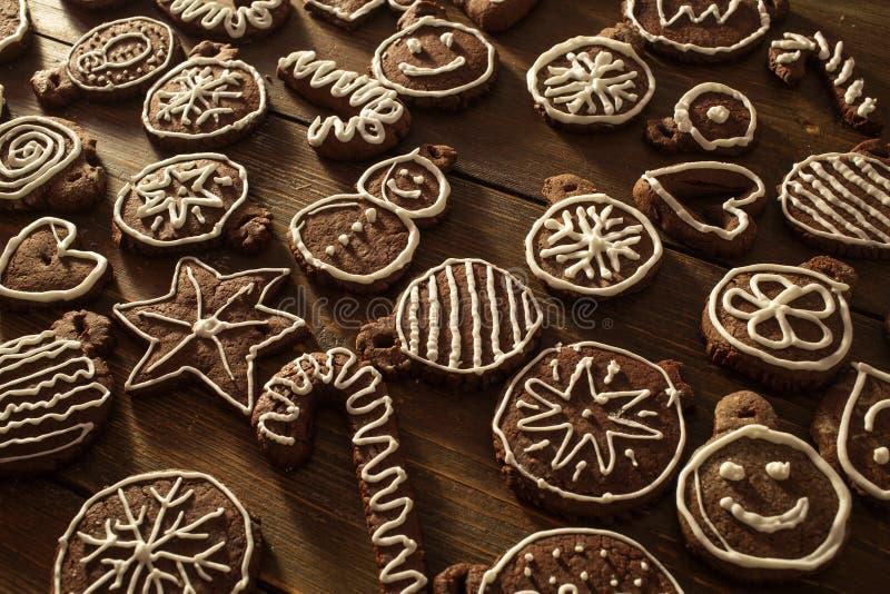 Deco fait maison traditionnel de biscuits de gingembre et de chocolat de Noël photographie stock