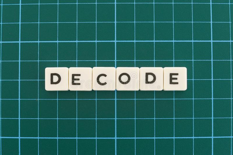 Decodeer woord dat van vierkant brievenwoord wordt gemaakt op groene vierkante matachtergrond stock foto
