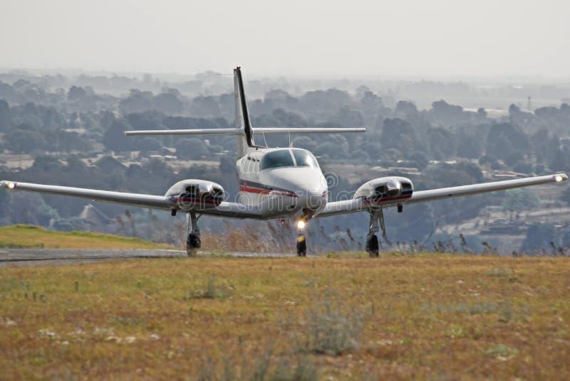 Decolagem 02 do cruzado de Cessna 303 fotografia de stock royalty free