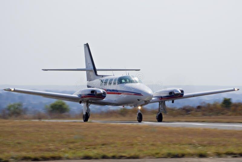 Decolagem do cruzado de Cessna 303 foto de stock