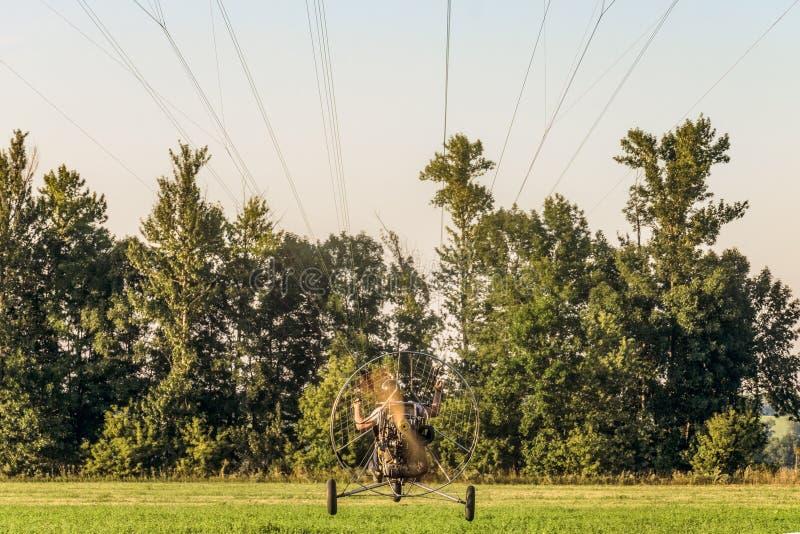 Decolagem do trike do paraglider do motor com uma hélice de giro imagem de stock royalty free