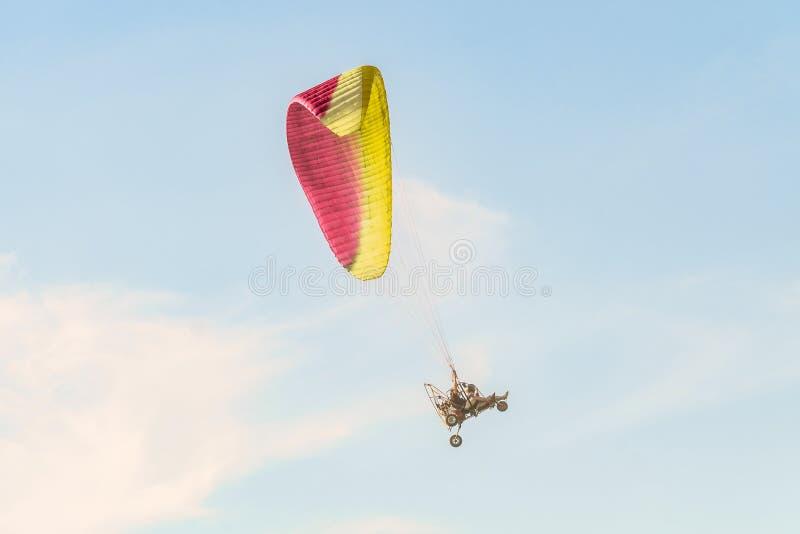 Decolagem do trike do paraglider do motor em direção ao céu fotos de stock