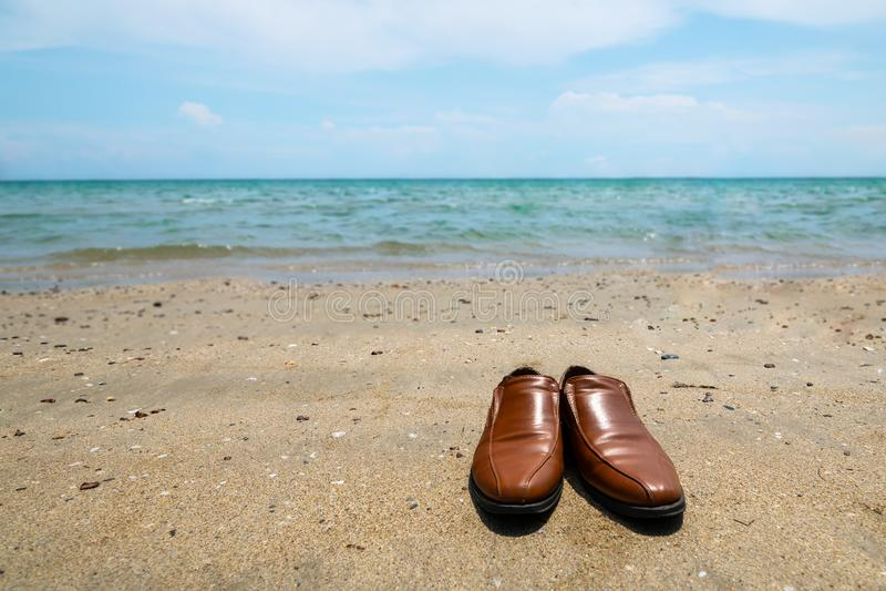 Decole suas sapatas e ande à praia para relaxar após o trabalho imagens de stock royalty free