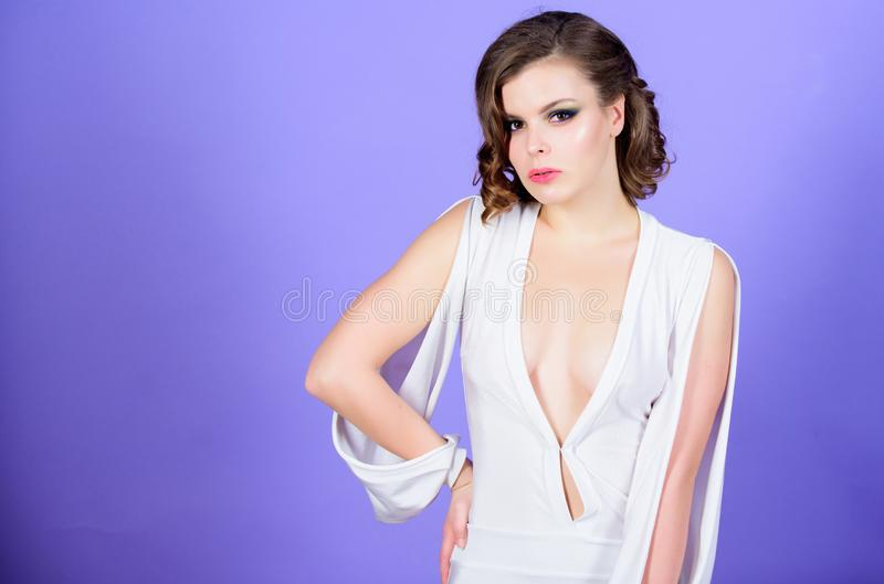 Decollete attrayant avec des seins Robe d'usage de femme avec decollete profond Concept decollete séduisant Maquillage de fille e photos libres de droits