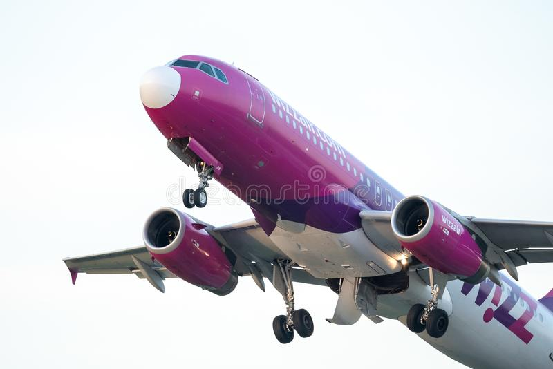 Decollo commerciale dell'aeroplano di Wizzair dall'aeroporto di Otopeni a Bucarest Romania immagine stock libera da diritti