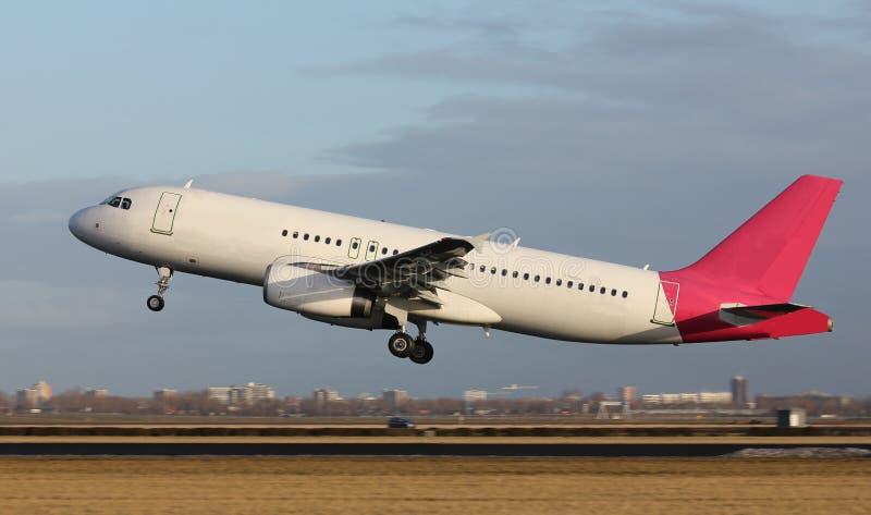 Decollo dell'aereo bianco fotografia stock libera da diritti
