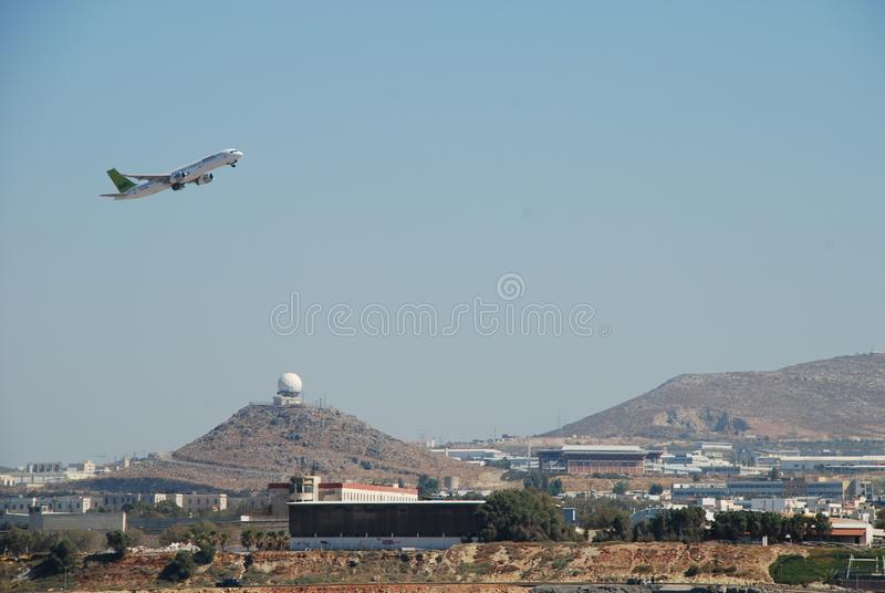 Decollo dell'aereo dall'aeroporto della località di soggiorno nella città di Candia in Creta fotografia stock libera da diritti