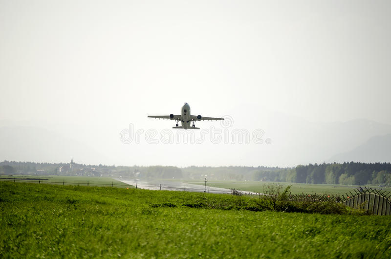 Download Decollo dell'aeroplano fotografia stock. Immagine di airliner - 30826742