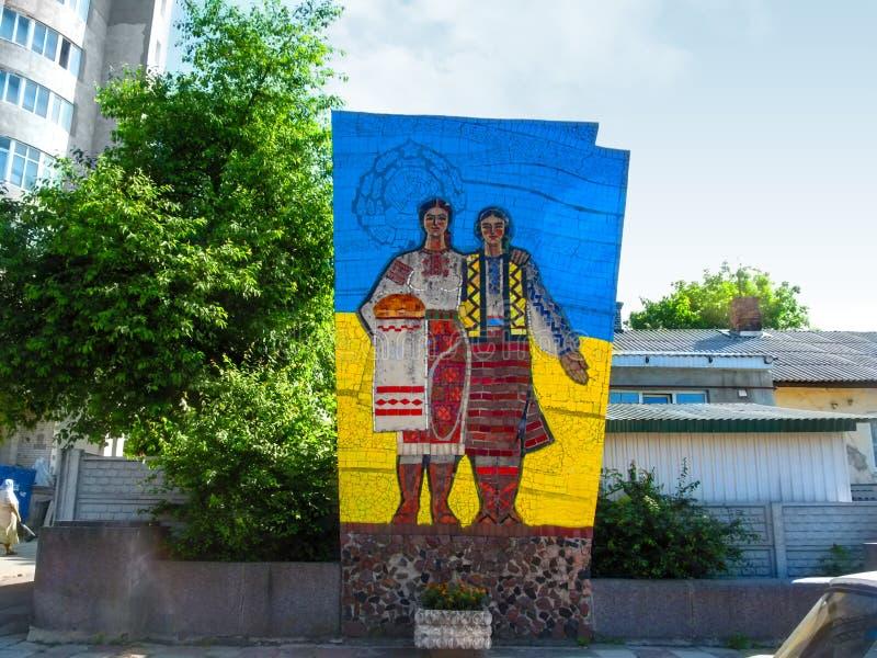 Decommunized sovjetisk monument av 'kamratskap av folk i Rivne royaltyfri fotografi