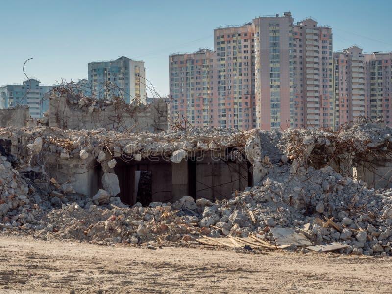 Deconstruction budynek przed nowymi budynkami obraz stock