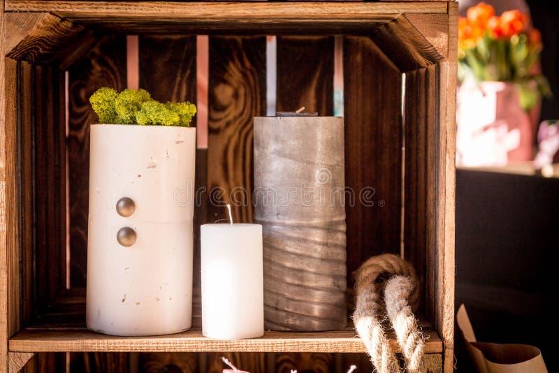 decor Kaarsen Geïsoleerde houten doos Ijslands Mos stock foto's