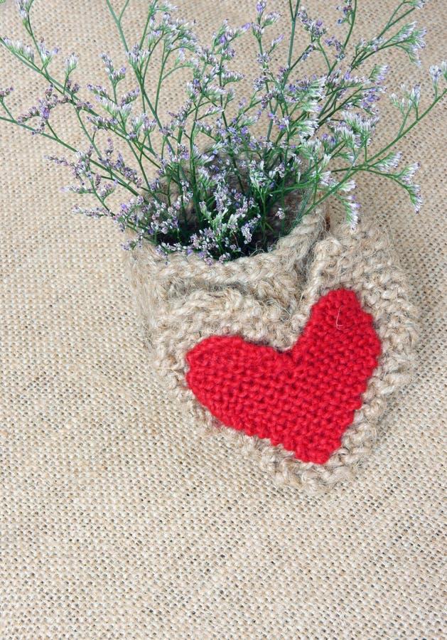 Decor, met de hand gemaakt, bloempot, hart, uitstekende stijl stock fotografie