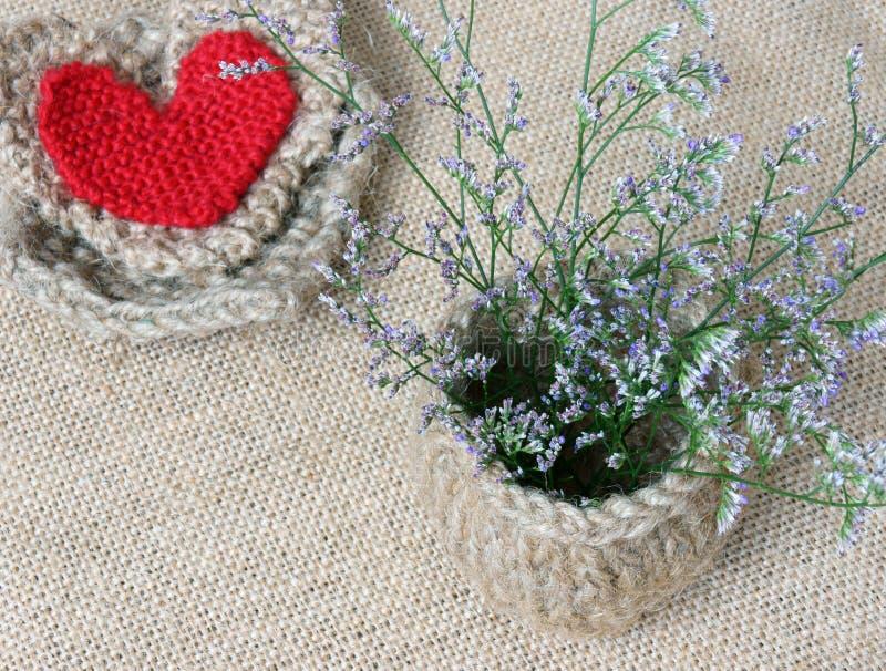 Decor, met de hand gemaakt, bloempot, hart, uitstekende stijl stock afbeeldingen