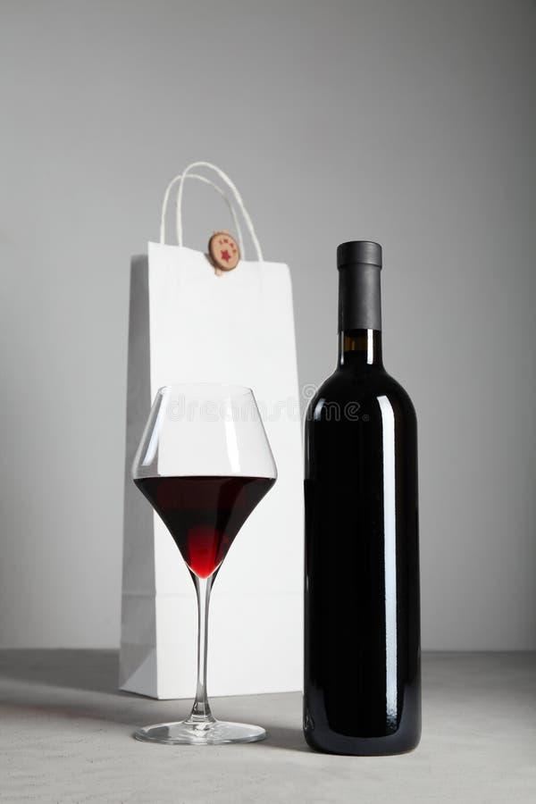 Decor van een fles alcoholische wijn, aanwezige Kerstmis stock fotografie