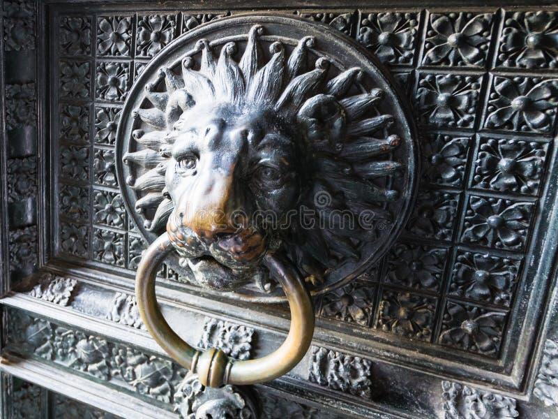 Decor van oude openluchtdeuren van de Kathedraal van Keulen royalty-vrije stock foto's