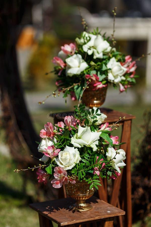 Decor voor een ronde die huwelijksboog van takken met bloemen worden verfraaid stock fotografie