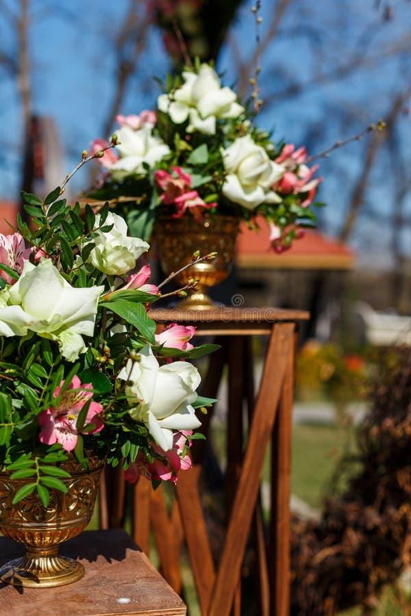 Decor voor een ronde die huwelijksboog van takken met bloemen worden verfraaid royalty-vrije stock foto's