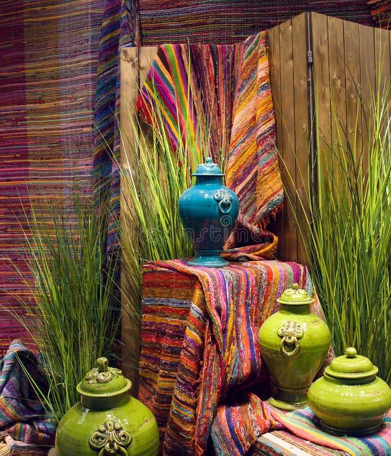 Decoração à moda da cor dos tapetes e da cerâmica, madeira fotos de stock