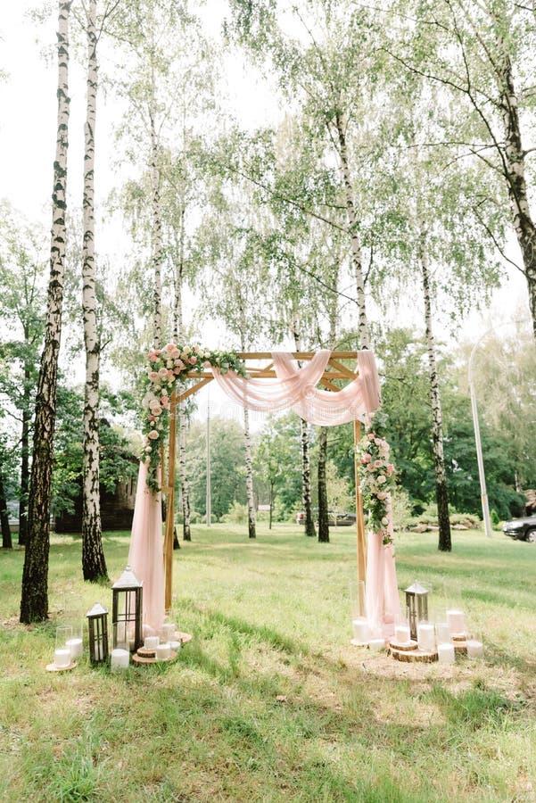 Decoração à moda em um casamento da floresta entre vidoeiros foto de stock