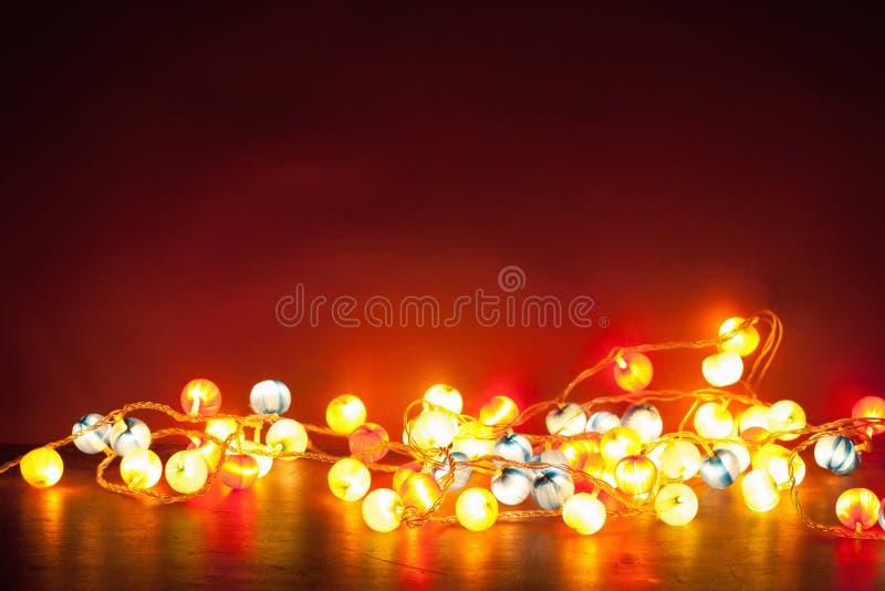 Decoração ardente das luzes de Natal sobre o fundo vermelho foto de stock royalty free