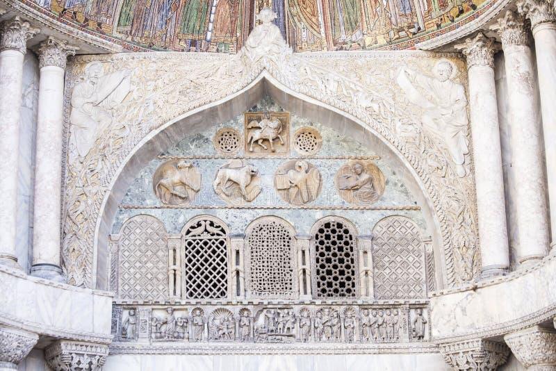 Decoração arquitetónica na fachada de San Marco Cathedral em Veneza fotografia de stock