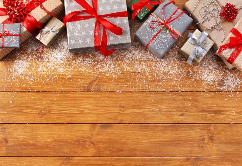 A decoração, as caixas de presente e a festão do Natal moldam o fundo imagens de stock royalty free
