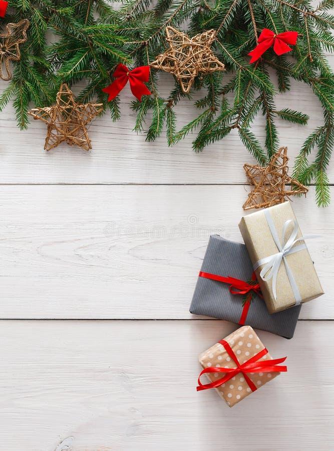 A decoração, as caixas de presente e a festão do Natal moldam o fundo foto de stock royalty free