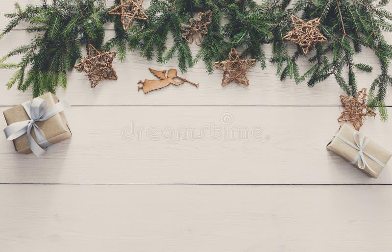 A decoração, as caixas de presente e a festão do Natal moldam o fundo foto de stock