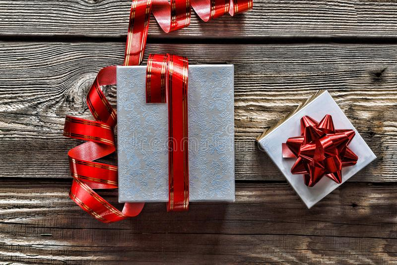 A decoração, as caixas de presente e a festão do Natal moldam o fundo do conceito, vista superior com espaço da cópia na superfíc fotografia de stock
