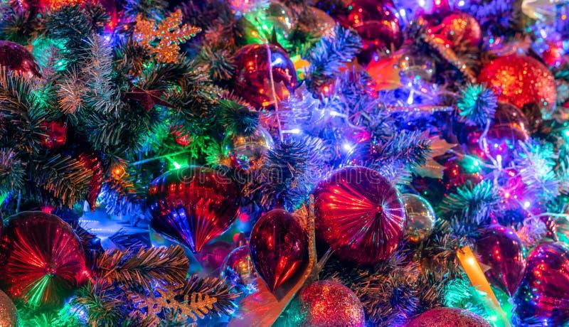 Decoração ascendente próxima da árvore de Natal com bola e luzes vermelhas Fundo do Xmas Fundo do feriado do Natal e do ano novo  fotografia de stock royalty free