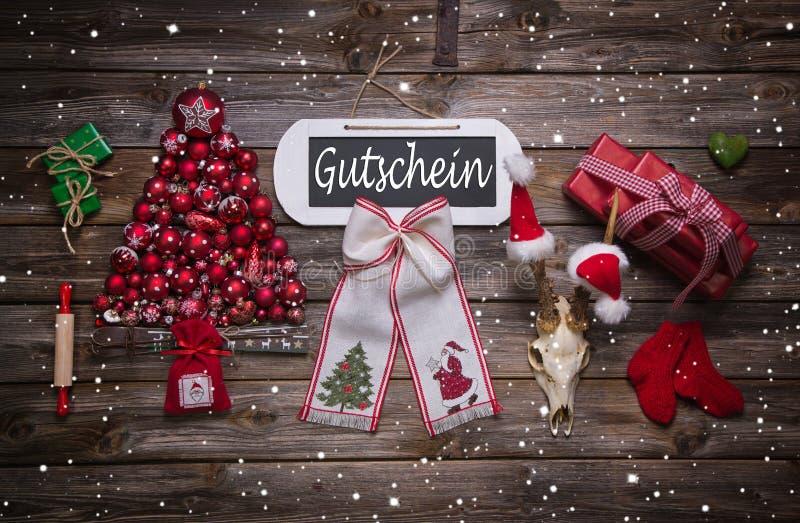 Decoração atmosférica do Natal no vermelho com texto alemão no sinal foto de stock royalty free