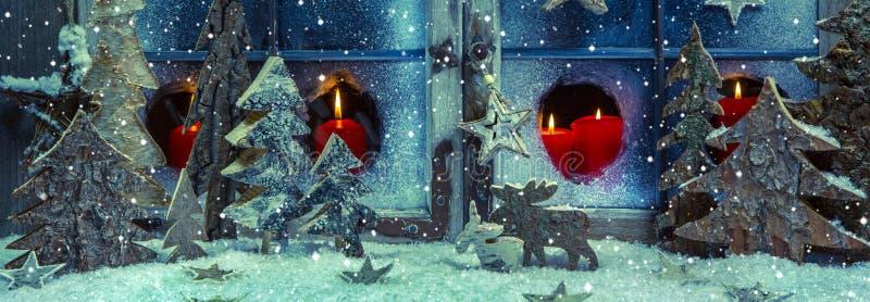 Decoração azul e vermelha festiva do Natal com velas e handm imagem de stock