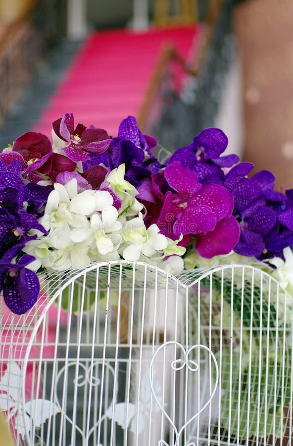 A decoração bonita da flor para o casamento e o coração dão forma ao Ca branco foto de stock royalty free