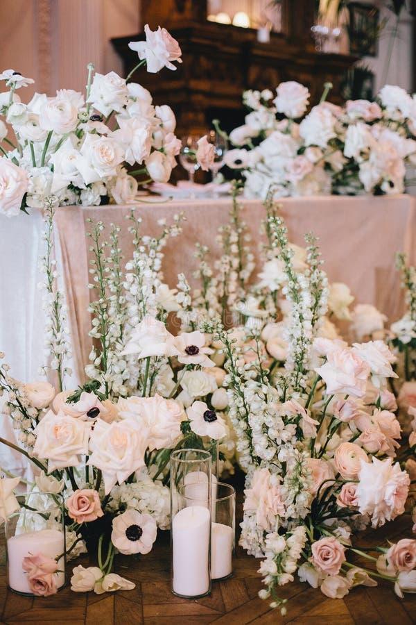 Decoração bonita da tabela do ` dos recém-casados, do arranjo de flor das rosas brancas e cor-de-rosa com botões de ouro, decorat imagem de stock