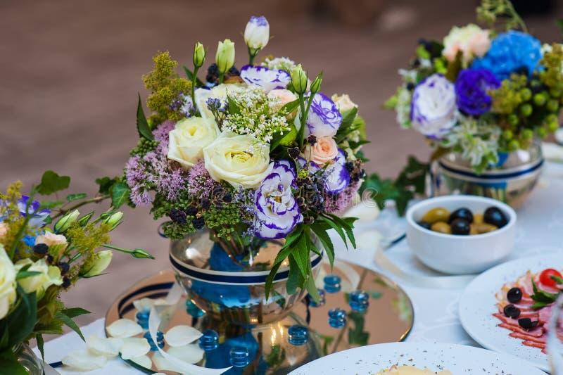 Decoração bonita das flores em uma tabela do casamento no restaurante imagem de stock royalty free