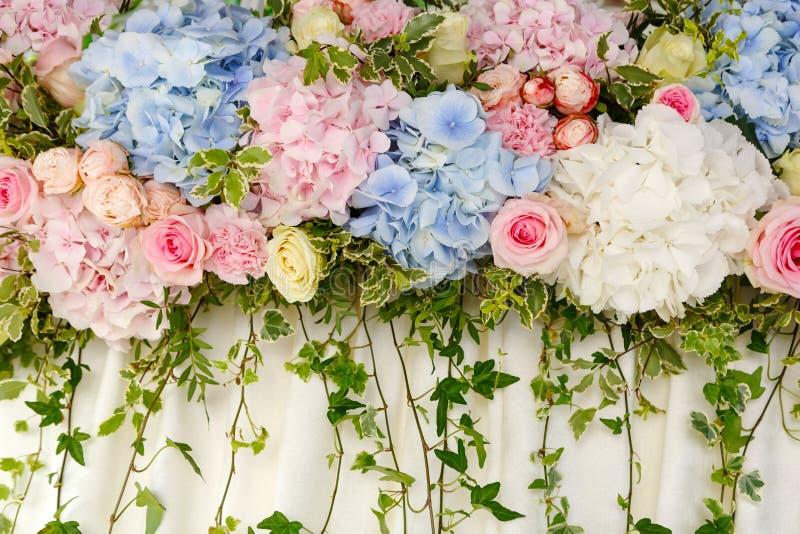 Decoração bonita do casamento de hortênsias cor-de-rosa e azuis e de explorador de saída de quadriculação fotos de stock royalty free