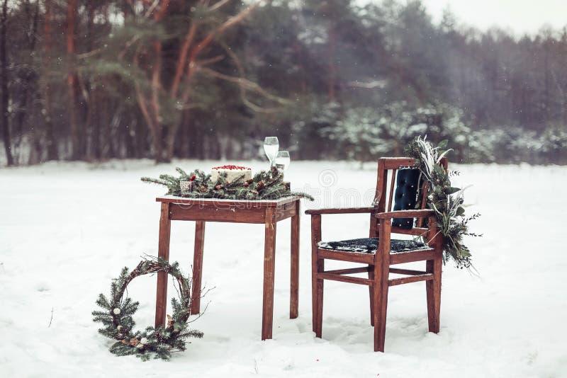 Decoração bonita do inverno para a sessão fotográfica do casamento na rua no estilo rústico fotos de stock