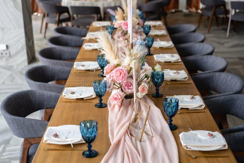 Decoração bonita e excelente da celebração do casamento Banquet a tabela servida com uma toalha de mesa cor-de-rosa bege, placas imagens de stock