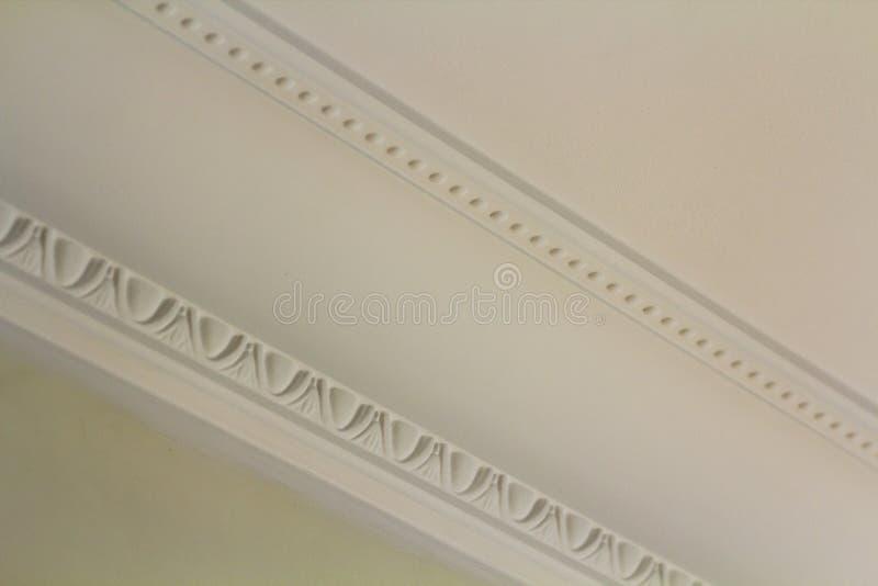 Decoração branca decorativa do molde no teto do detalhe do close-up da sala branca Conceito interior da renovação e da construção fotografia de stock royalty free
