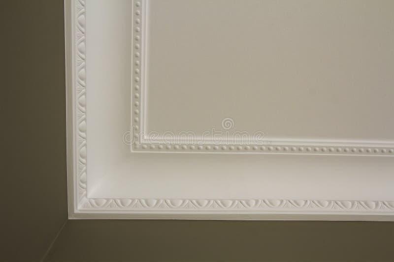 Decoração branca decorativa do molde no teto do detalhe do close-up da sala branca Conceito interior da renovação e da construção imagem de stock royalty free