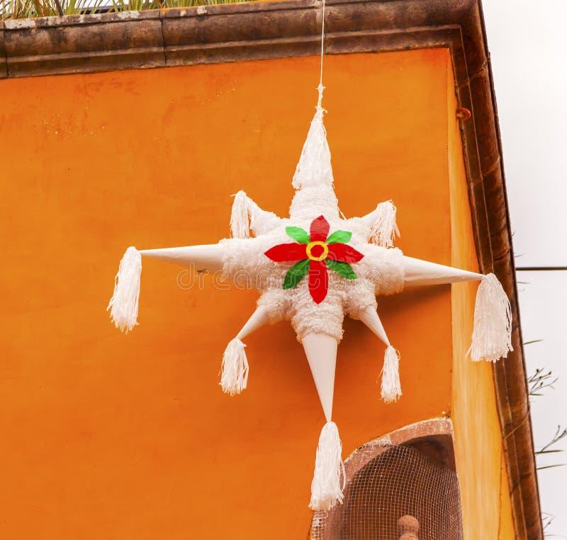 Decoração branca Jardin San Miguel de Allende Mexico do Natal do Pinata foto de stock