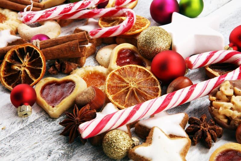 Decoração com cookies do Natal Estrelas típicas da canela com frutos e porcas imagem de stock